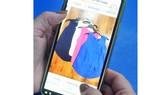 Qua mạng xã hội người tiêu dùng có thể chọn mua thời trang. Ảnh: THÀNH TRÍ