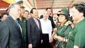Nguyên Thủ tướng Phan Văn Khải và Bí thư Thành ủy TPHCM Lê Thanh Hải gặp gỡ các đại biểu dự họp mặt truyền thống Sài Gòn - Chợ Lớn - Gia Định vào ngày 23-2-2015. Ảnh: VIỆT DŨNG