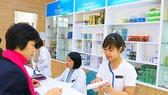 Nhân viên nhà thuốc VINMEC hướng dẫn khách hàng