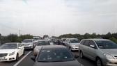 Ô tô ùn ứ trên đường cao tốc, nhiều xe tự tiện chạy vào trong  làn đường khẩn cấp             Ảnh: MINH THANH