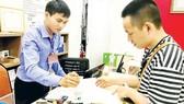 Người dân chứng thực giấy tờ ngoài giờ hành chính tại UBND phường Bến Thành, quận 1, TPHCM