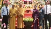 Đoàn lãnh đạo thành phố do Phó Bí thư Thành ủy Võ Thị Dung đến thăm và chúc mừng Hòa thượng Thích Như Niệm. Ảnh: VOH