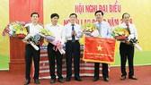 Lãnh đạo Công ty CP Phân bón Bình Điền nhận cờ thi đua từ Tập đoàn Hóa chất Việt Nam