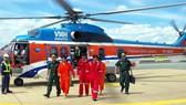 Dùng trực thăng đưa thuyền viên gặp nạn trên biển vào bờ