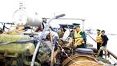 Bộ đội Biên phòng TPHCM thu giữ các phương tiện đang sang mạn cát khai thác trái phép trên sông Đồng Nai