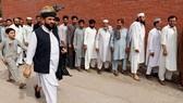 Người dân xếp hàng tại một điểm bầu cử ở Pakistan. Ảnh: REUTERS