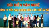 Ông Lê Hữu Hoàng (hàng đầu, bên phải) - Chủ tịch hội đồng thành viên Công ty tnhh Nhà nước MTV Yến sào Khánh Hòa trao giải nhất toàn đoàn cho Công ty Cổ phần Nước giải khát Yến sào Khánh Hòa và Công ty Cổ phần Nước giải khát Sanest Khánh Hòa