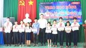 Ông Tsai Ping Hsuan - Phó Giám đốc Vedan Việt Nam trao học bổng cho các học sinh xã Phước Bình, huyện Long Thành, Đồng Nai