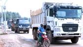 Các xe chở hàng tại mỏ đá Tân Cang 8 nỗ lực giữ vệ sinh môi trường trên đường di chuyển