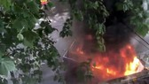 Chiếc xe bị đốt cháy trên đường Bourke ở Melbourne, Australia, ngày 9-11-2018. Ảnh: REUTERS