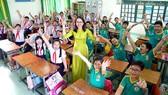 Cô Trịnh Giáng Tiên, giáo viên Trường Tiểu học Trung Nhất (quận Phú Nhuận) bên các học trò thân thương của mình. Ảnh: HOÀNG HÙNG