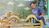 Ông Phan Văn Chánh tạo dựng cơ ngơi, nuôi sống gia đình bằng sản phẩm từ gốc tre