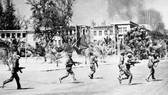 Trưa 7-1-1979, các lực lượng vũ trang cách mạng Campuchia cùng Quân tình nguyện Việt Nam tiến vào giải phóng Thủ đô Phnom Penh. Ảnh: TTXVN