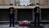 Vòng hoa đặt tại bia tưởng niệm gần nhà hàng La Belle Equipe ở Paris, Pháp, trong lễ tưởng niệm 3 năm vụ tấn công khủng bố ở Paris, ngày 13-11-2018. Ảnh: REUTERS