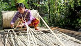 Người dân Long Trị (Long Mỹ, Hậu Giang) quyết giữ nghề đan mê bồ truyền thống. Ảnh: MỸ XUYÊN