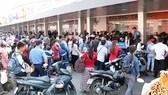 Hành khách xếp hàng mua vé về quê đón tết tại Bến xe Miền Tây. Ảnh: QUỐC HÙNG
