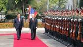 Tổng Bí thư, Chủ tịch nước Lào Bounnhang Vorachith và Tổng Bí thư, Chủ tịch nước Nguyễn Phú Trọng duyệt đội danh dự tại lễ đón. Ảnh: TTXVN
