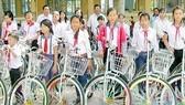 Tặng xe đạp cho học sinh nghèo biên giới