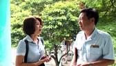 Ông Nguyễn Văn Cảnh trao đổi với đại diện của một doanh nghiệp về việc chấp hành các quy định của pháp luật liên quan đến quyền lợi của người lao động. Ảnh: baodongnai