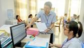 Chuyển thông tin liên thông điện tử từ Văn phòng đăng ký đất đai TPHCM chi nhánh quận 12 tới cơ quan thuế. Ảnh: CAO THĂNG