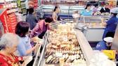 Người tiêu dùng mua thực phẩm chế biến sẵn tại Co.opmart Cống Quỳnh. Ảnh: THÀNH TRÍ