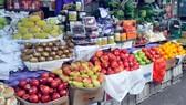 Trái cây nhập khẩu bán tại chợ. Ảnh: CAO THĂNG