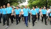 Các đại biểu đi bộ tại khu vực Hồ Gươm. Ảnh: VGP/Lê Sơn