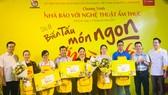 Đồng chí Lê Văn Minh, Phó trưởng Ban Tuyên giáo Thành ủy TPHCM (bìa trái) trao giải ẩm thực vàng, bạc, đồng cho các thí sinh