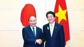 Thủ tướng Nhật Bản Shinzo Abe tiếp Thủ tướng Nguyễn Xuân Phúc. Ảnh: TTXVN
