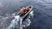 Tàu cá Việt Nam cứu 4 thuyền viên Thái Lan