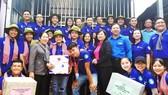 Phó Bí thư Thành ủy TPHCM Võ Thị Dung tặng quà và động viên các chiến sĩ tình nguyện Mùa hè xanh tại tỉnh Đồng Tháp