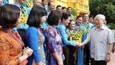 Tổng Bí thư, Chủ tịch nước Nguyễn Phú Trọng cùng các Chủ tịch công đoàn cơ sở tiêu biểu và cán bộ công đoàn. Ảnh: TTXVN
