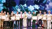 Thủ tướng Nguyễn Xuân Phúc và Thường trực Ban Bí thư Trần Quốc Vượng trao bằng khen của Thủ tướng Chính phủ cho 5 cá nhân và 20 điển hình tiên tiến tại chương trình