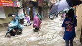 Bình Dương: Giúp dân vượt qua các tuyến đường ngập