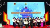 Đại diện Công ty Vedan, ông Kuo Ting Hung nhận giải thưởng từ ban tổ chức
