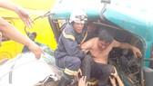 Cảnh sát PCCC cứu hộ người bị thương, kẹt trong cabin xe tải sau vụ tai nạn giao thông tại quận 2, TPHCM