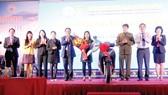 Ông Lê Hữu Hoàng - Chủ tịch Hội đồng Thành viên và Ông Nguyễn Anh Hùng Tổng Giám đốc Công ty TNHH MTV Yến sào Khánh Hòa (người thứ 5 và thứ 2 từ phải qua) trao thưởng cho khách hàng Trần Diễm Hương (Dương Kính, Hải Phòng)