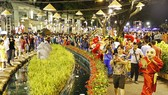 Xôn xao đón tết cùng ông Địa và trống ếch rộn ràng tại Hội chợ hoa xuân Phú Mỹ Hưng