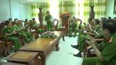 Thiếu tướng Đoàn Việt Mạnh (đứng) đánh giá cao tinh thần trách nhiệm  của lực lượng Cảnh sát PCCC và CNCH (Công an TPHCM)