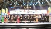Ông Vũ Đức Hưng - GĐ Khối Quản trị nguồn Nhân lực  (đứng thứ 5 từ trái qua) đại diện SCB nhận giải tại chương trình