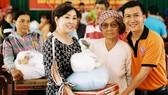 Chị Thái Thị Ngọc Phú (thứ 2, từ trái qua) tặng quà cho người nghèo
