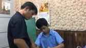 Thầy Phan Minh Thông tận tình dạy vẽ cho học trò ở  Trường Chuyên biệt Khiếm thính Hy vọng Bình Thạnh