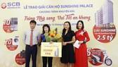 Ông Lại Quốc Tuấn - Phó TGĐ kiêm Giám đốc Văn phòng SCB miền Bắc trao giải cho khách hàng
