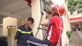 Cảnh sát PCCC-CNCH hướng dẫn học sinh  sử dụng thang dây thoát nạn