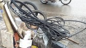 Bó dây điện cuộn dưới chân cột điện gây nhếch nhác, nguy hiểm