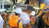 Lực lượng cứu hộ chuyển thi thể thủy thủ tàu Hải Thành 26-BLC vào bờ