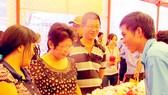 Doanh nghiệp địa phương giới thiệu sản phẩm tại hội chợ