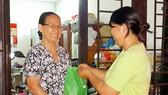 Người dân nhận quà sau mỗi tháng thực hiện phân loại rác tại nguồn