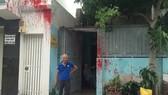Ngôi nhà của đôi vợ chồng già với nhiều vết sơn.