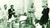 Chủ tịch Hồ Chí Minh ký Hiệp ước sơ bộ ngày 6-3-1946 với đại diện Chính phủ Pháp Sainteny ở số 4 phố Lê Lai - Hà Nội; Thứ trưởng Ngoại giao Hoàng Minh Giám đang đọc bản hiệp ước.  Ảnh: Nguyễn Bá Khoản
